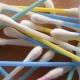 Los plásticos que la UE quiere prohibir: Adiós a las pajitas y a los bastoncillos para los oídos.